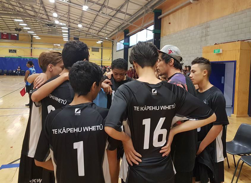 senior b boys volleyball huddle